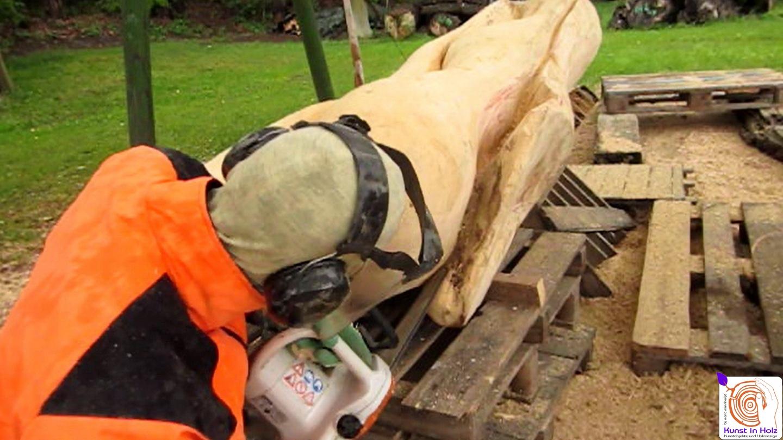 Entstehung einer Holzskulptur in der Bildhauerei von Mario Mannhaupt.