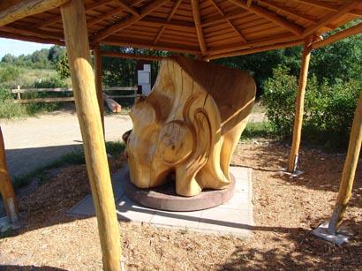 Skulptur vertieft: Kunst in Holz mit der Skulptur vertieft.