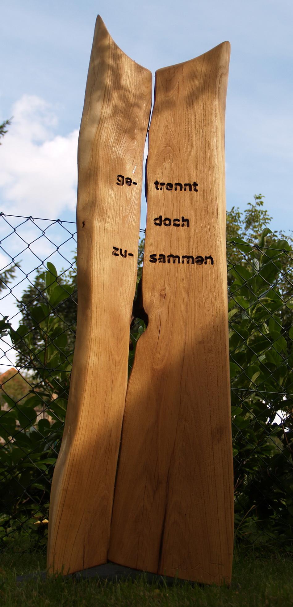 Grabmal - Holzstele zum Gedenken an die Verstorbenen.
