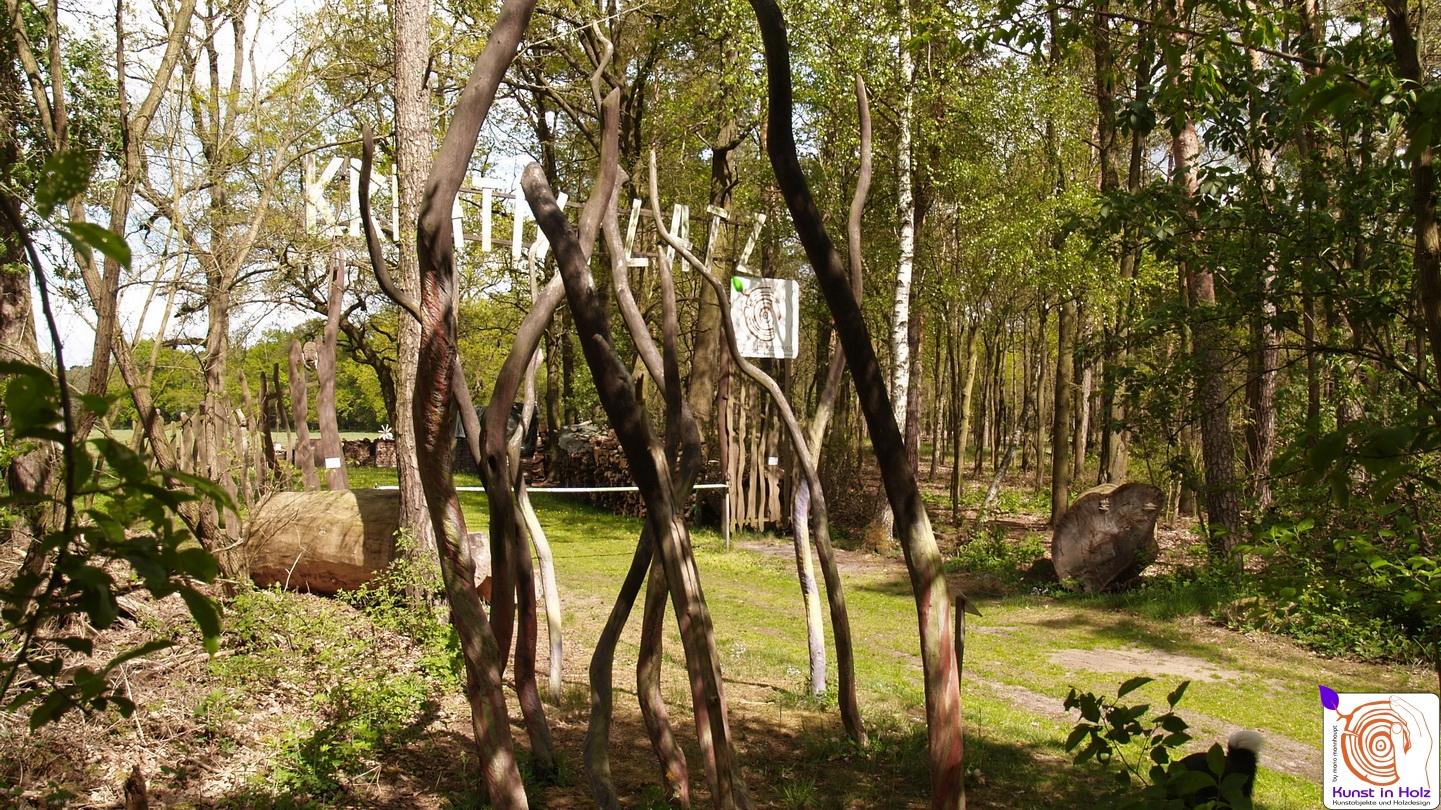 Kreative Gruppe in Form von Holz - Skulpturen