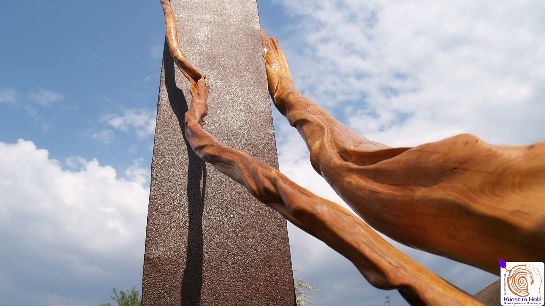 Umschlungene Holzskulptur auf dem Kreativplatz Luckenwalde