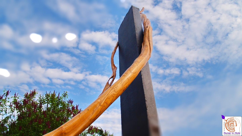 Großskulptur aus Holz und Stahl