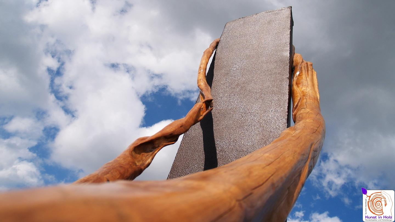 Kunstobjekte für draußen aus Holz und Stahl