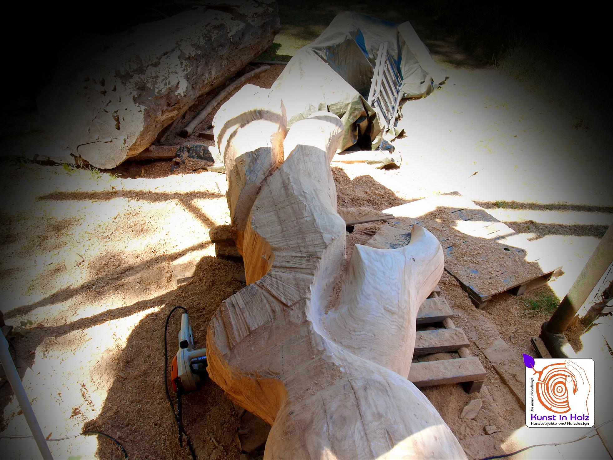 Kunst mit der Kettensaege und verflochtene Formen