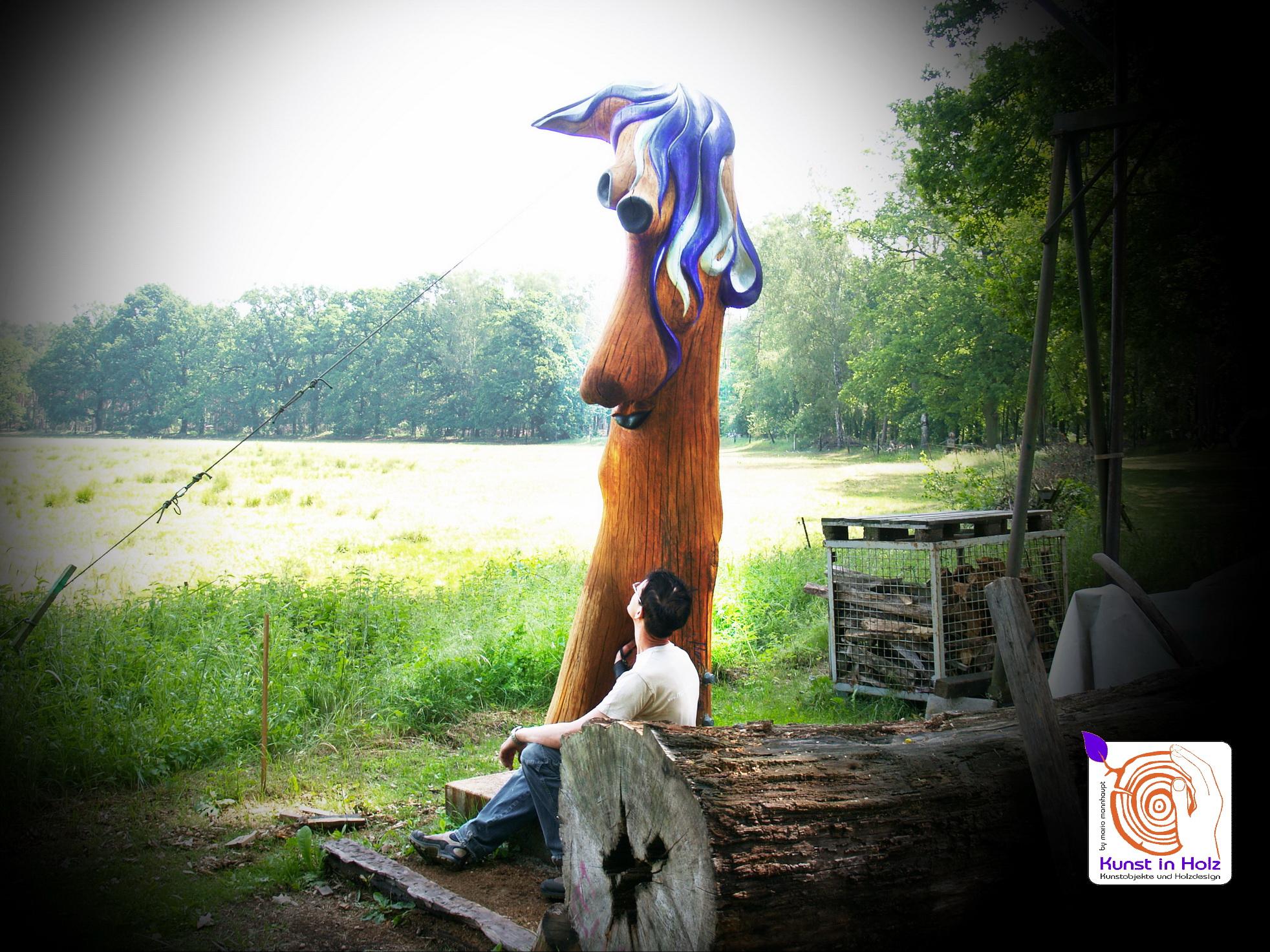 Kunst in Holz mit lila Kunstwerk